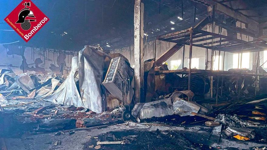 Incendio de más de siete horas en una nave cerca del Newton College en Elche