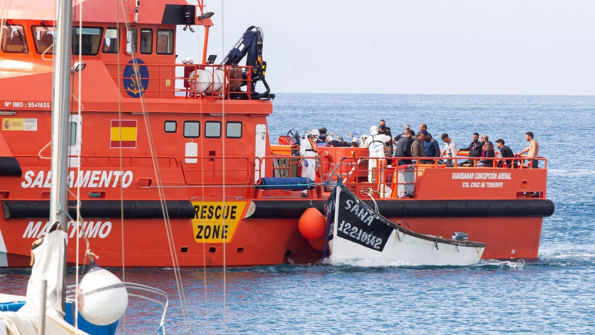 Maritime Rescue brings new rescued to Arguineguín, where hundreds of immigrants continue
