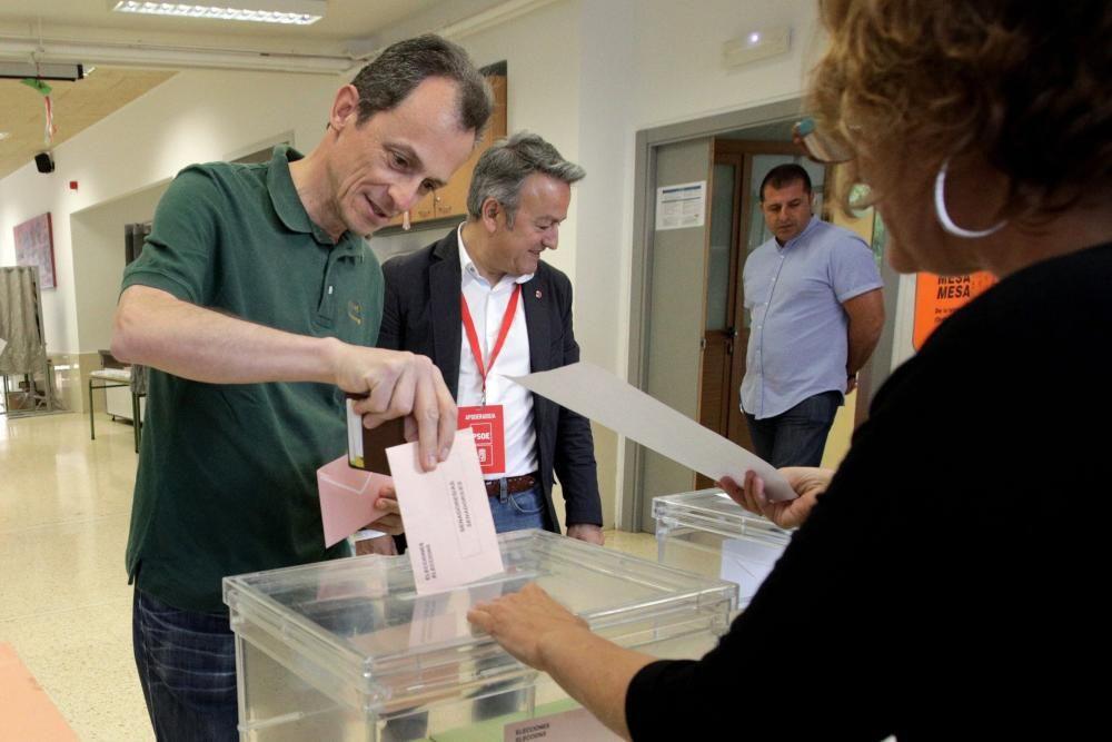 El ministro de Ciencia y candidato al Congreso por Alicante, Pedro Duque, ha ejercido su derecho a voto en la localidad alicantina de Xàbia.