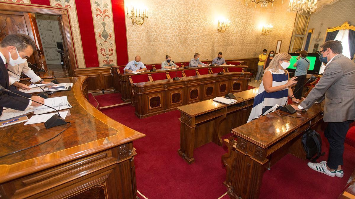 El popular Peral (izquierda) y representantes de la izquierda (en frente), salvo el PSOEque no acudió.