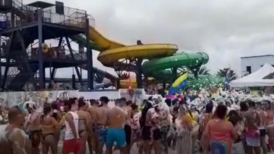 Fiesta sin respetar las medidas Covid en un parque acuático de Lanzarote