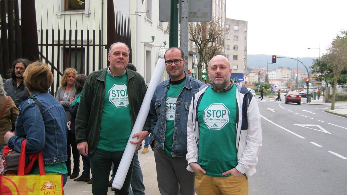 José Manuel Pena con otros miembros de STOP Desahucios en una acción anterior