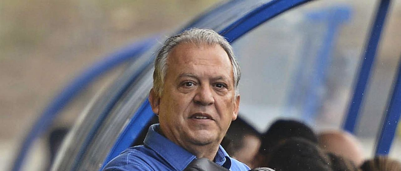 Juan Manuel Rodríguez Pérez, máximo responsable técnico del filial amarillo, junto al banquillo local en el Anexo.