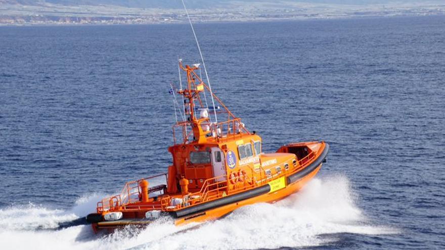 Rescatan a dos navegantes tras encallar su lancha en un islote frente en Can Pastilla