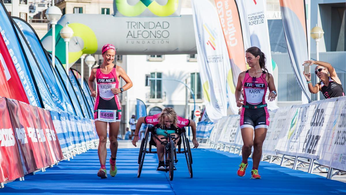 Kristina, Nuria y Karin en la llegada de un triatlón