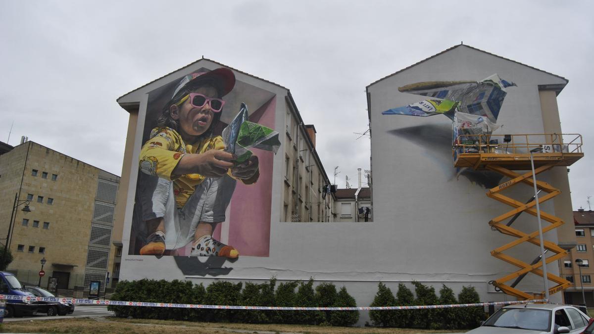 Uno de los grandes murales urbanos, durante su proceso de creación.