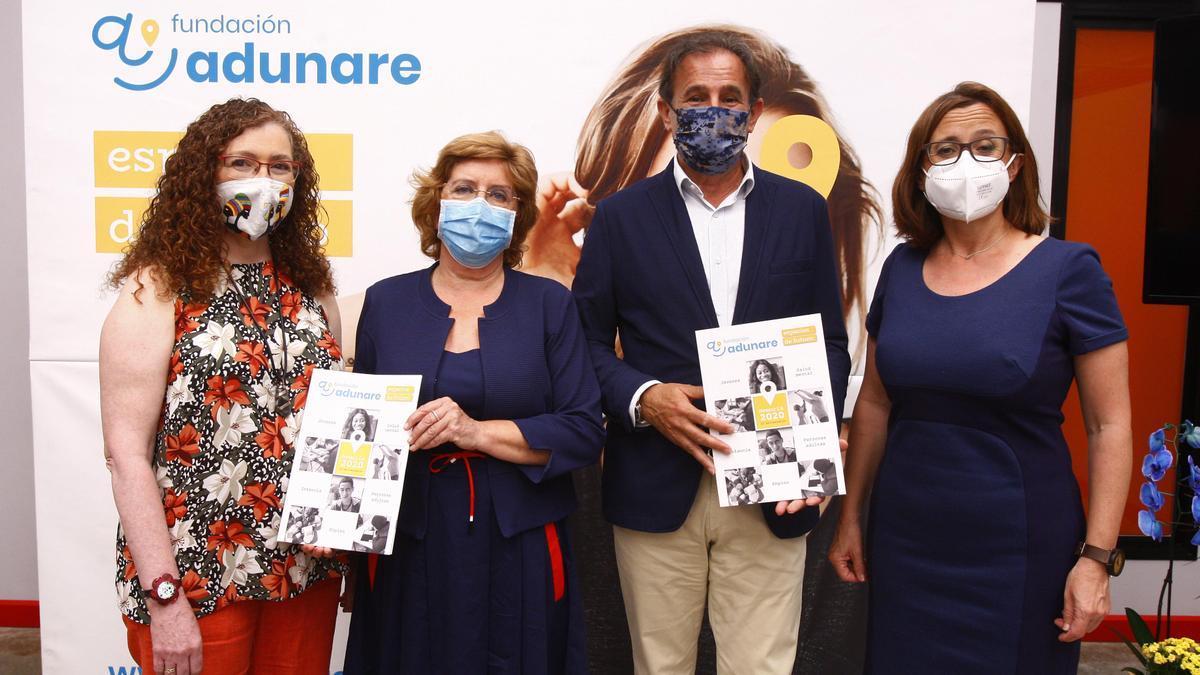Begoña Palomo, María Victoria Broto, Ángel Lorén y María Jesús Ruiz, ayer, en el centro de Adunare en Torrero.