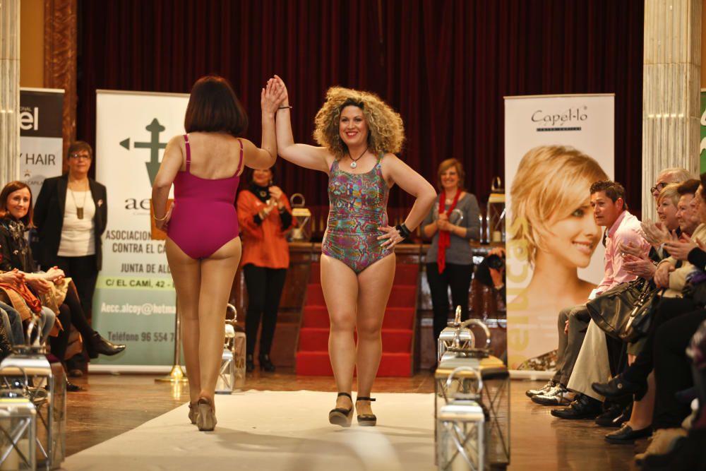 Mujeres mastectomizadas protagonizan un desfile de ropa de baño, interior y pelucas
