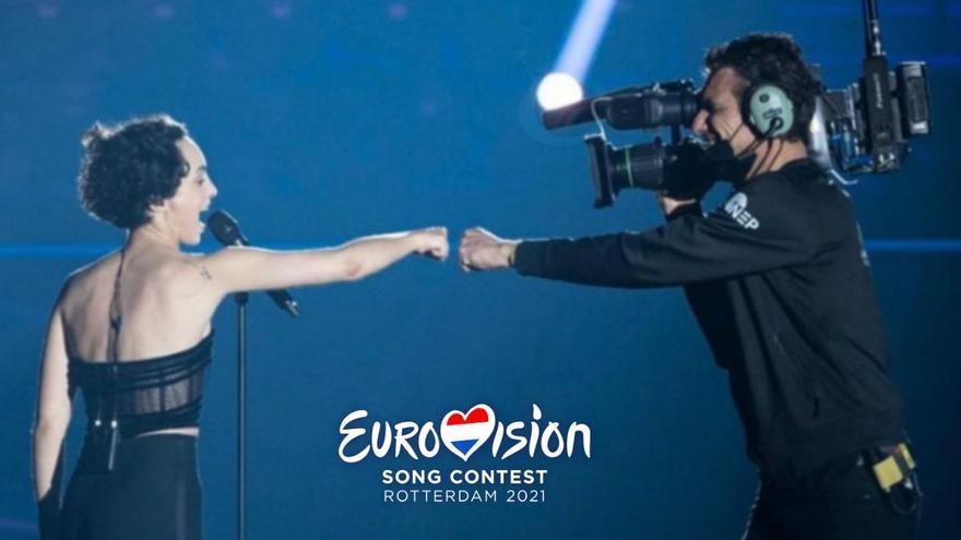 El regalo que Barbara Pravi le hizo al cámara que le acompañó durante su actuación en Eurovisión 2021
