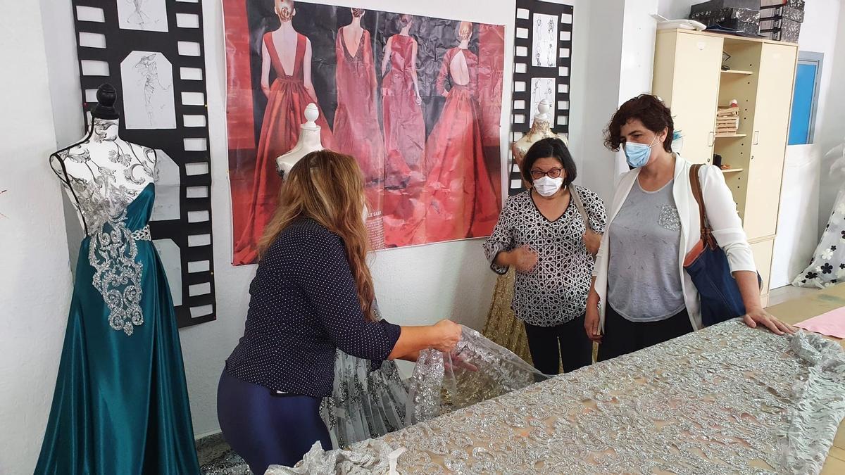 Visita de Fajardo al taller de textil del centro educativo Emérita Augusta.