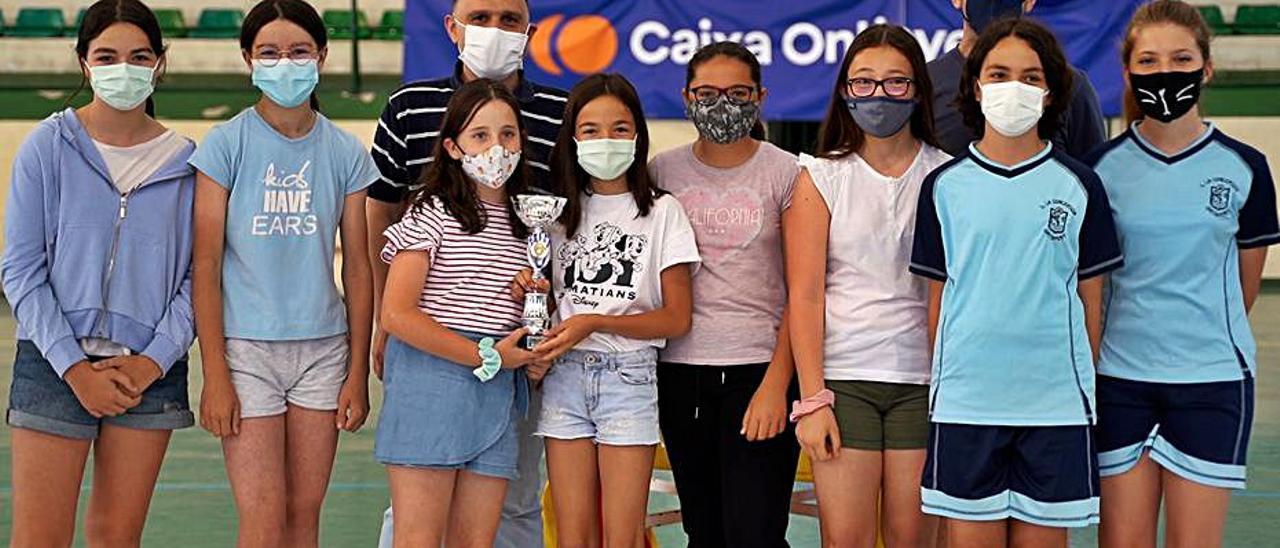 Participantes en los Jocs de Ontinyent, con el regidor. | LEVANTE-EMV