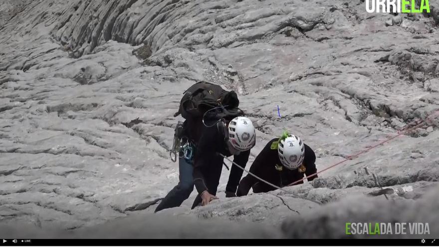 Miguel Ángel Roldán, enfermu d'ELA, corona'l Urriellu tres un emocionante ascensu de cuatro hores