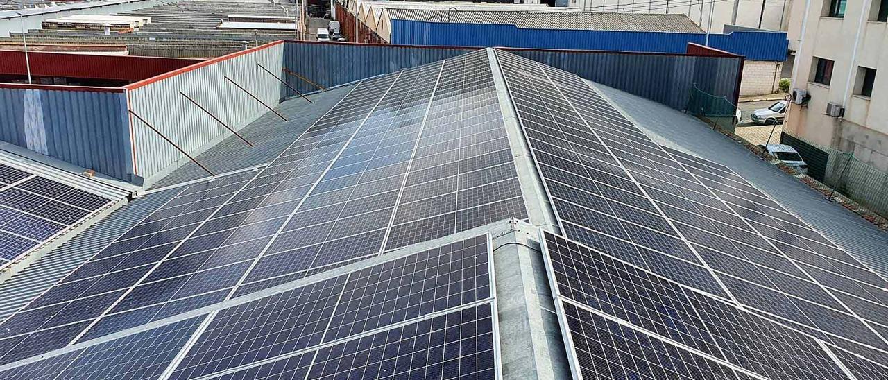 La planta solar situada en la cubierta de la empresa en Sant Cristófol