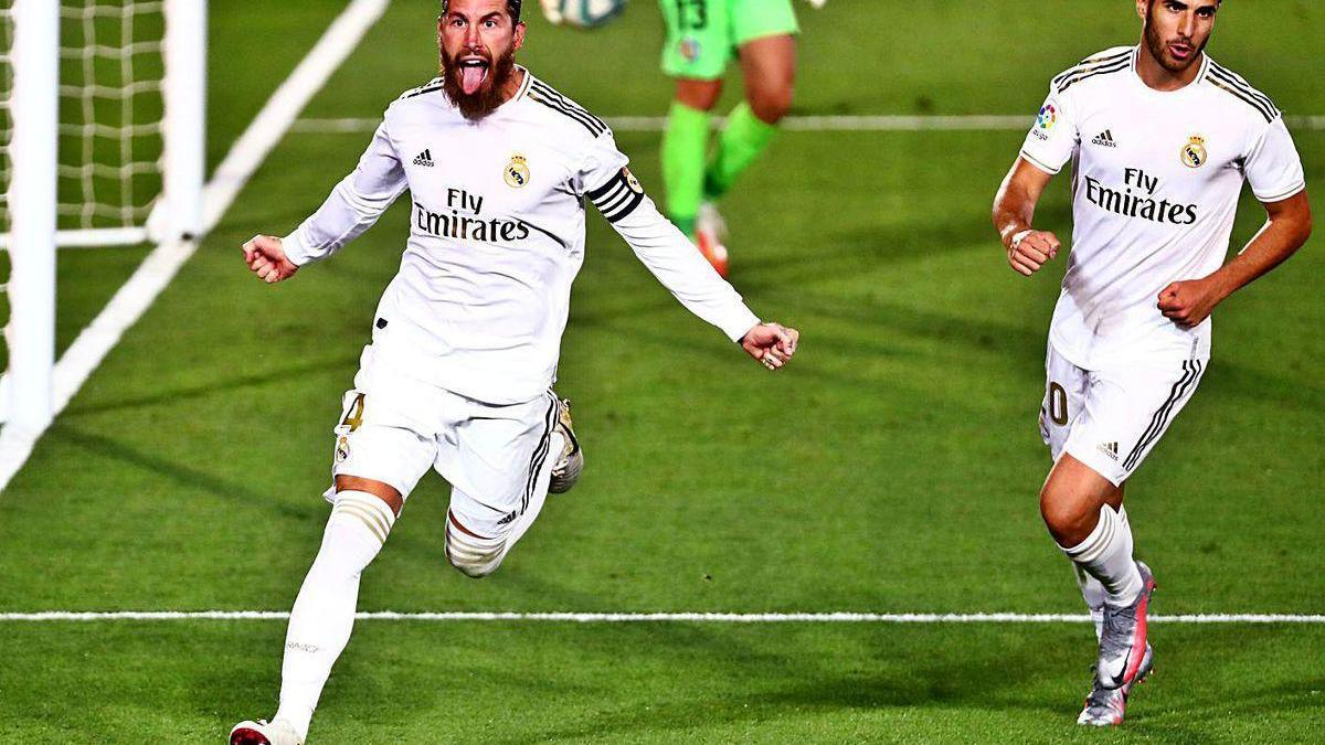 Sergio Ramos festeja junto a Asensio el gol de penalti que supuso el triunfo del Real Madrid sobre el Getafe.