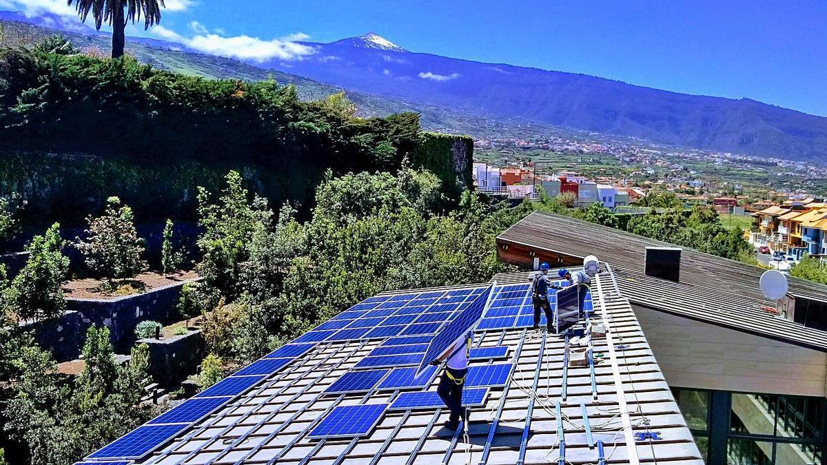 Placas solares sobre una azotea en el Norte de Tenerife.