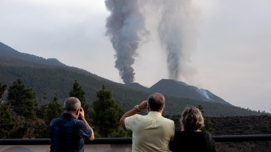 La erupción sigue fuerte y la segunda colada llegará al mar en horas