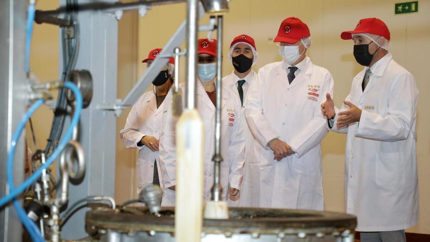 Puig pone en valor la calidad de los dulces de Xixona en su visita al Museo del Turrón