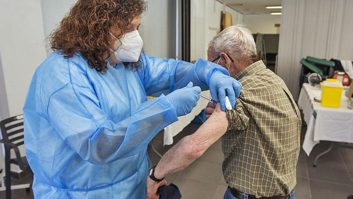 Una enfermera vacuna a un hombre en el centro de mayores de Sant Joan.