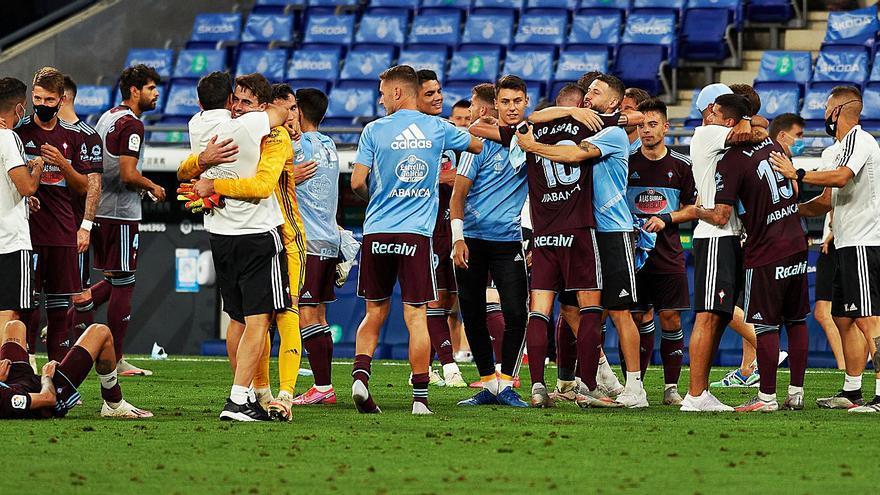 Los jugadores del Celta se abrazan tras el último partido en Cornellá. | // LOF