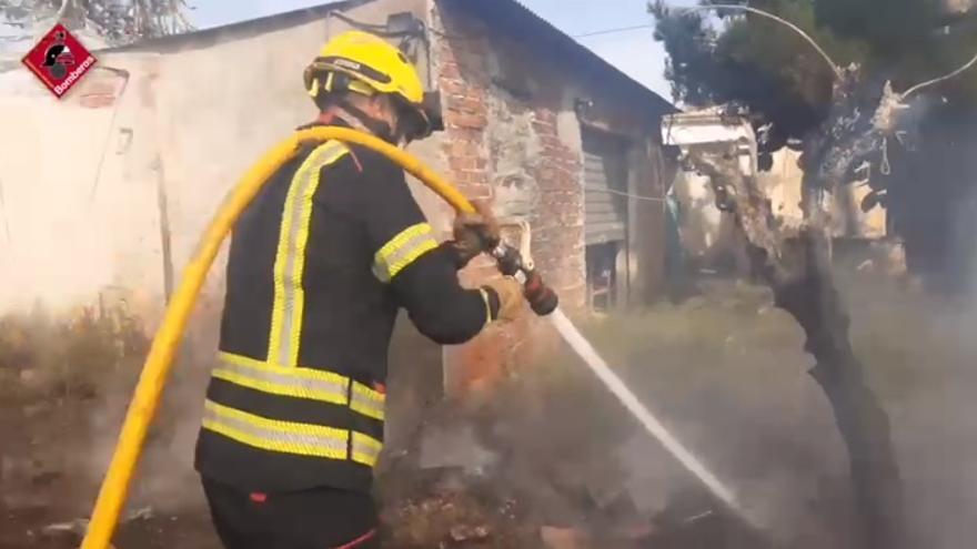 Los bomberos sofocan el incendio de una finca en La Galia
