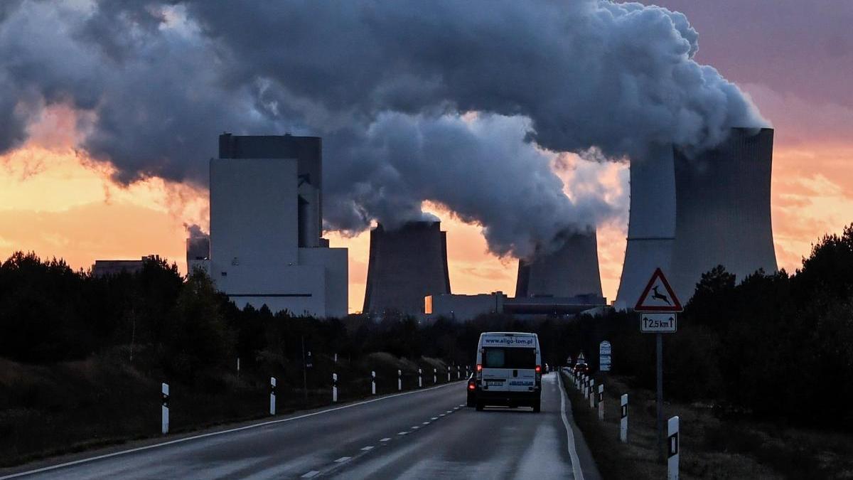 El vapor de agua emana de varias chimeneas en una planta de Boxberg, Alemania.