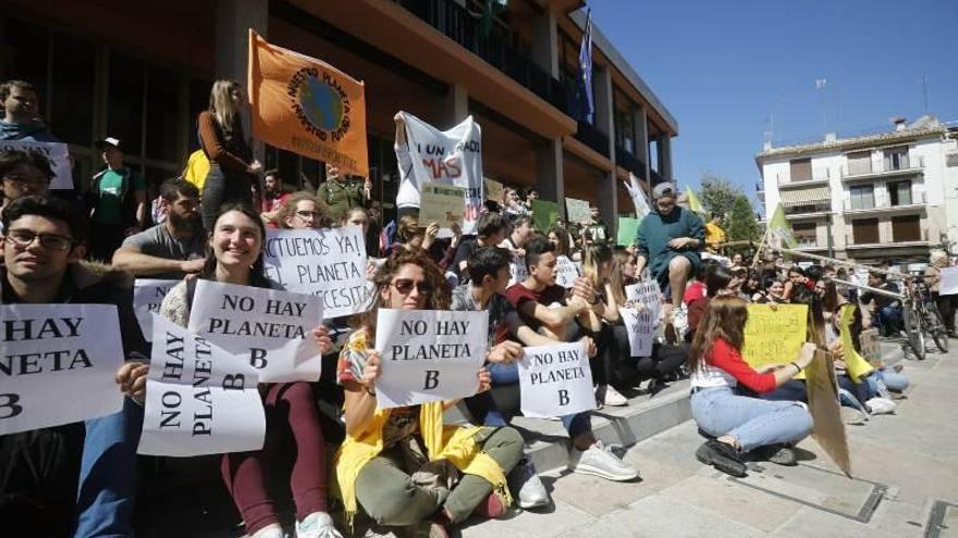 Estudiantes de Córdoba se concentran por el clima a las puertas del Ayuntamiento