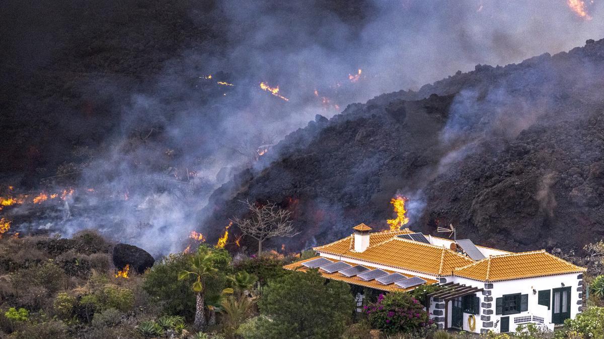 Una casa en mitad de la lava del volcán de La Palma queda a salvo de ser destrozada por la lava en la zona de El Paraíso, La Palma, a 21 de septiembre de 2021