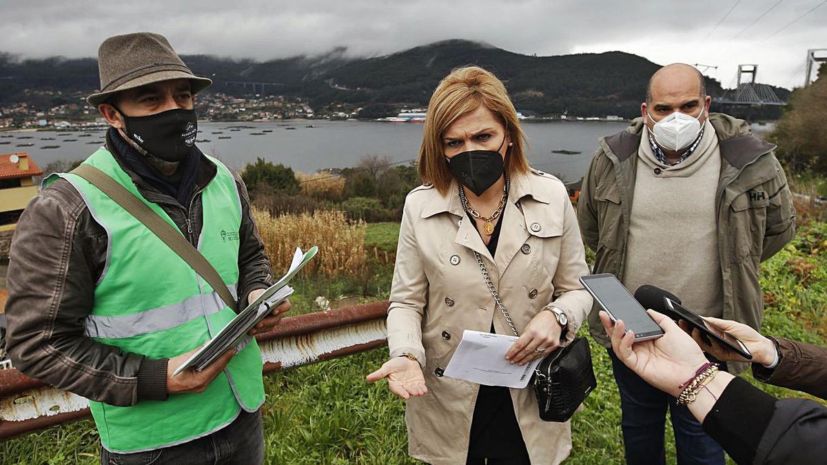 Los concejales Roberto Villar y Alberto Álvarez, ayer con la alcaldesa Digna Rivas cerca de Aucosa.    // R.G.