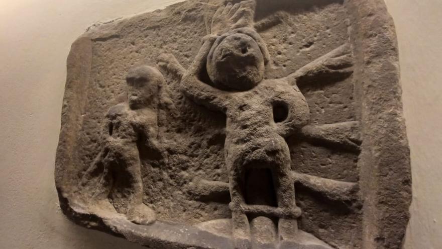 El mártir y su verdugo que se quedaron de piedra en la Pola: el misterio del relieve que guarda una capilla sierense