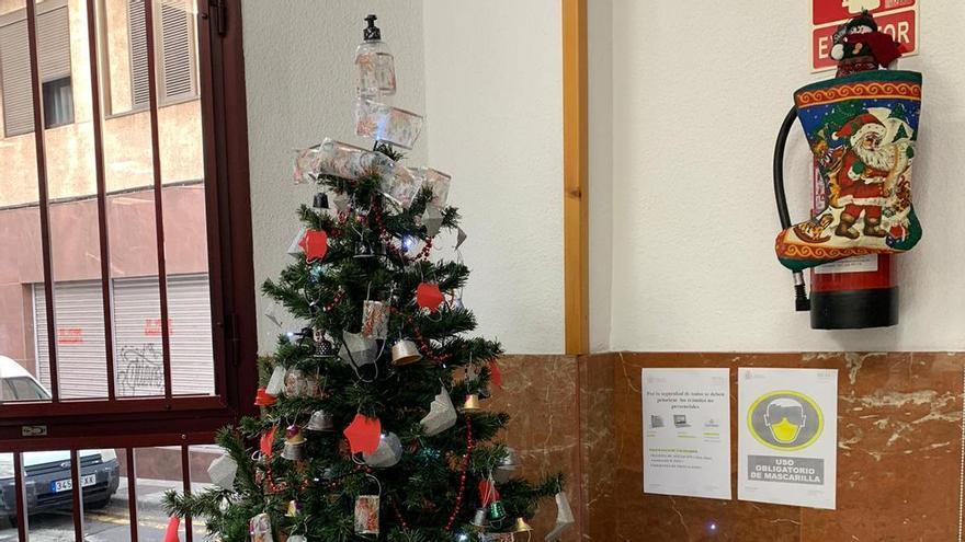 Adornan en Santa Cruz un original árbol de navidad con temática Covid