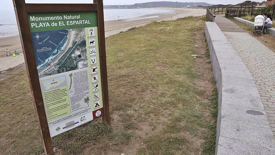 El concejo quiere blindar las dunas de El Espartal, usadas hasta para surfear