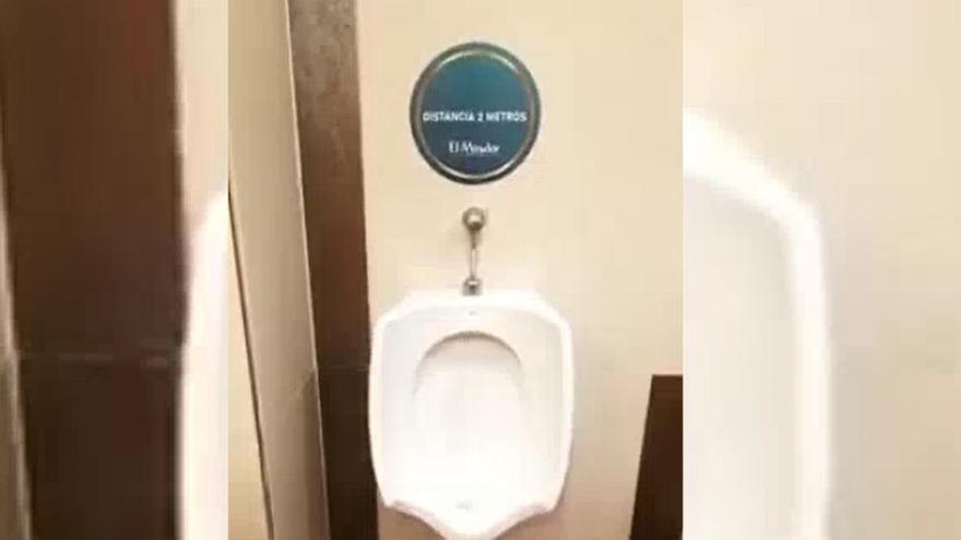 Curioso cartel en el baño de un centro comercial