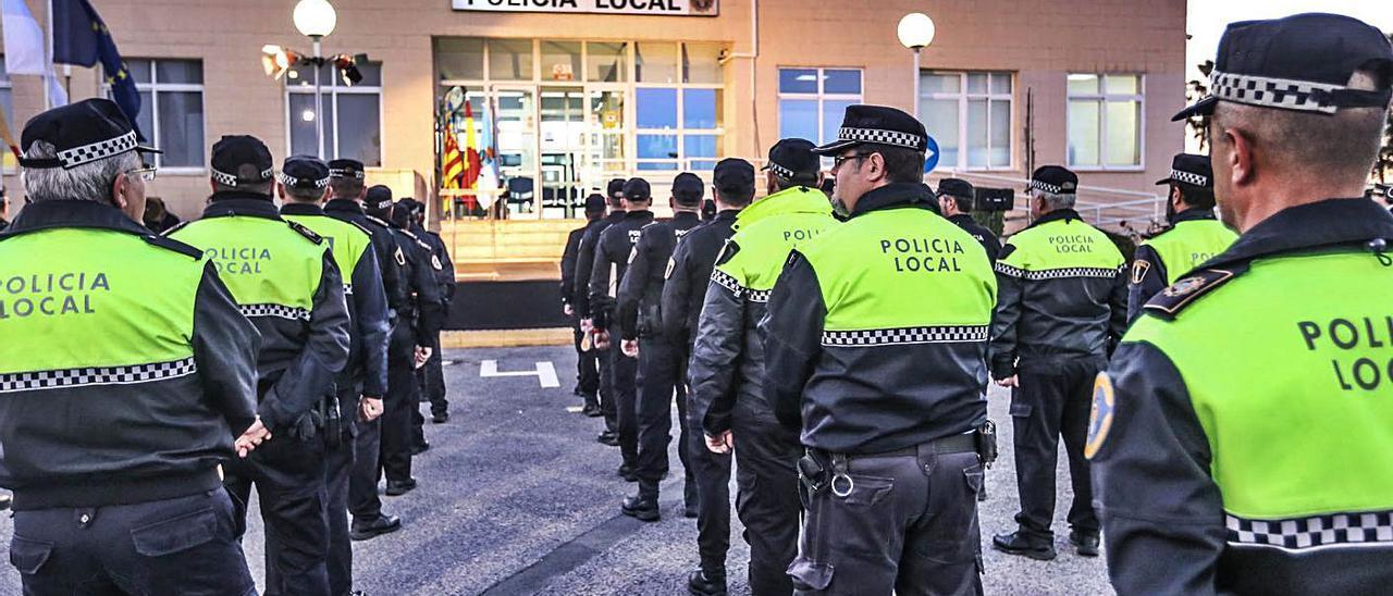 Imagen de un acto de la Policía Local de Torrevieja.  | TONY SEVILLA