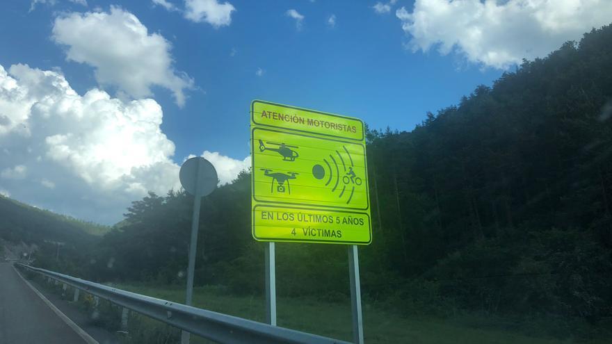 La DGT estrena en Huesca nuevos carteles para advertir a los motoristas de los tramos de alto riesgo