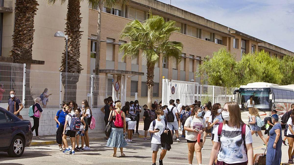 Los alumnos del IES de Alberic vuelven a clase tras un día confinados