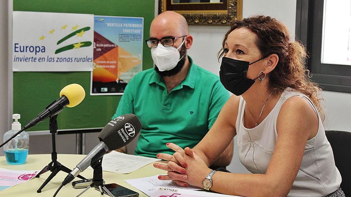 La concejala de Cultura, Soledad Raya, explica el programa de actividades junto a Víctor Barranco.