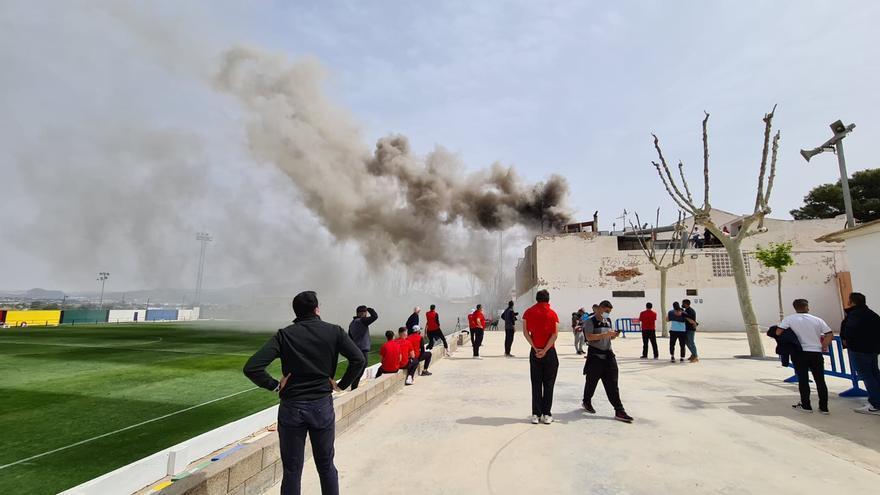 Un incendio obliga a suspender 20 minutos el derbi de fútbol en Aspe