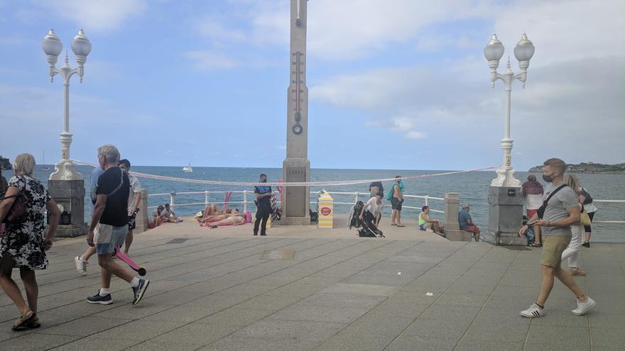La playa de San Lorenzo, cerrada parcialmente por aforo completo por primera vez este verano