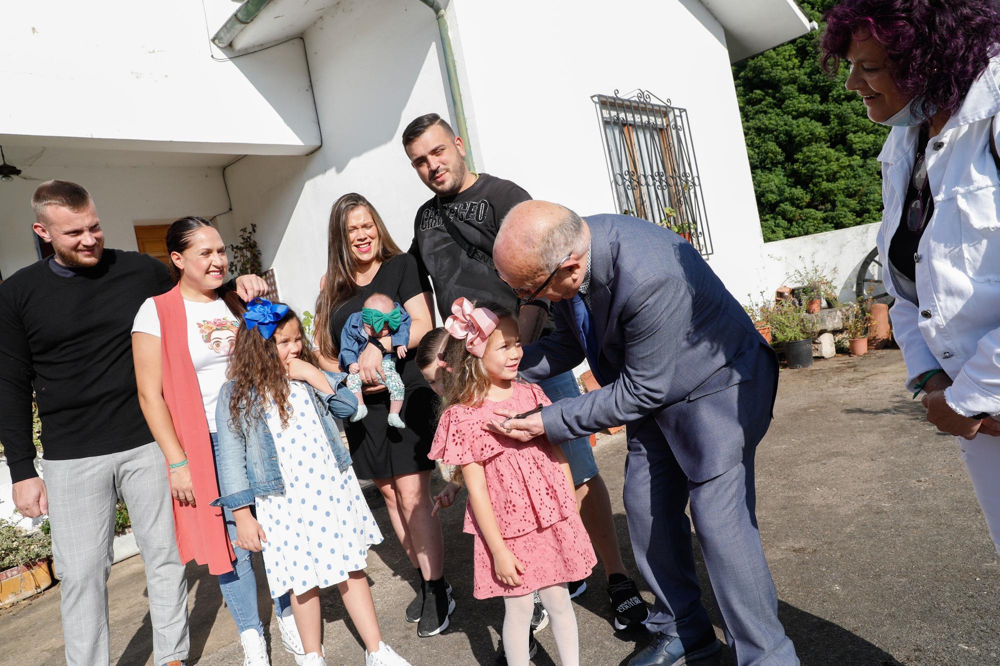El cura de Illas bautiza a su bisnieta Naomi