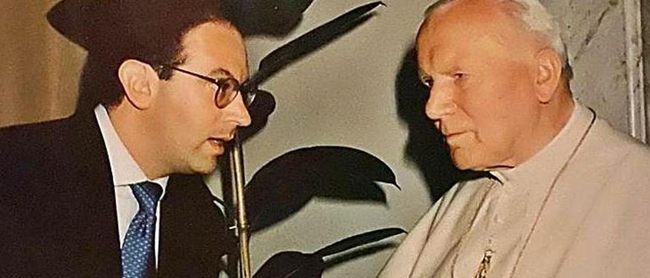 Arriba, Jorge Hevia, con Luis  Almagro, secretario de la  Organización de estados americanos, y sobre estas líneas, con el papa Juan Pablo II.