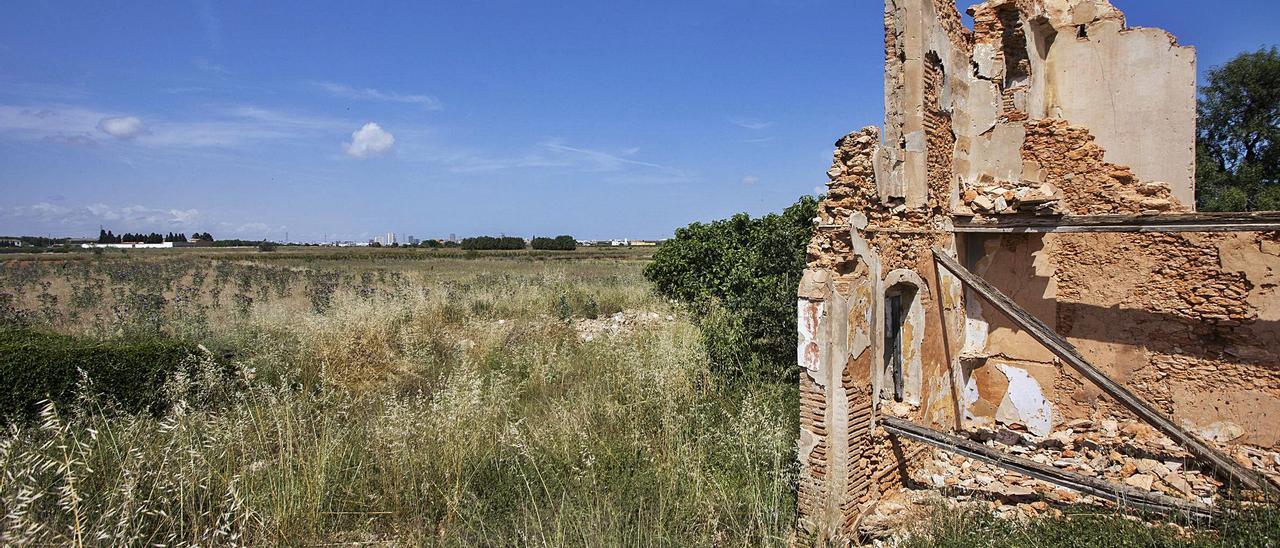 Terrenos de Nou Mil·lenni junto a la masía de l'Hort de les Mestres, que se encuentra en ruinas desde que fue parcialmente  demolida. | G.CABALLERO