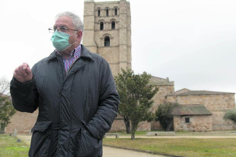 Pedro Rosón dando un paseo por el entorno de la Catedral de Zamora. | |  JOSÉ LUIS FERNÁNDEZ