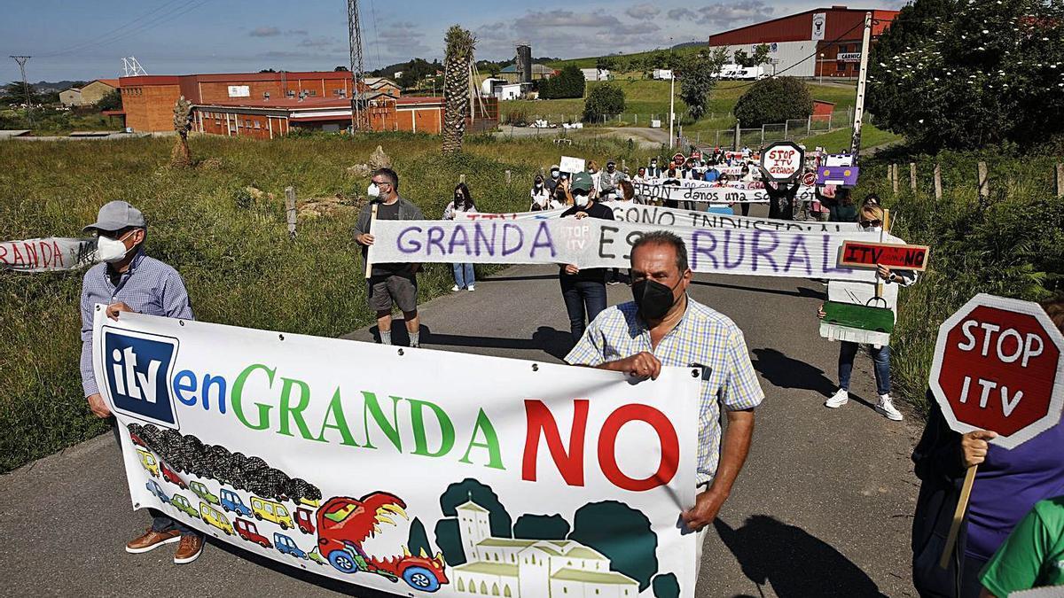 Una protesta vecinal contra la ITV de Granda, con los terrenos donde está prevista la estación, detrás.   Á. González