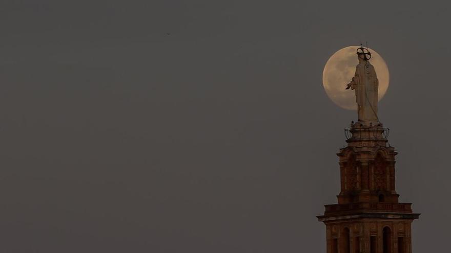Així han estat la super 'lluna rosa' o 'pink moon' que ha il·luminat tot el món