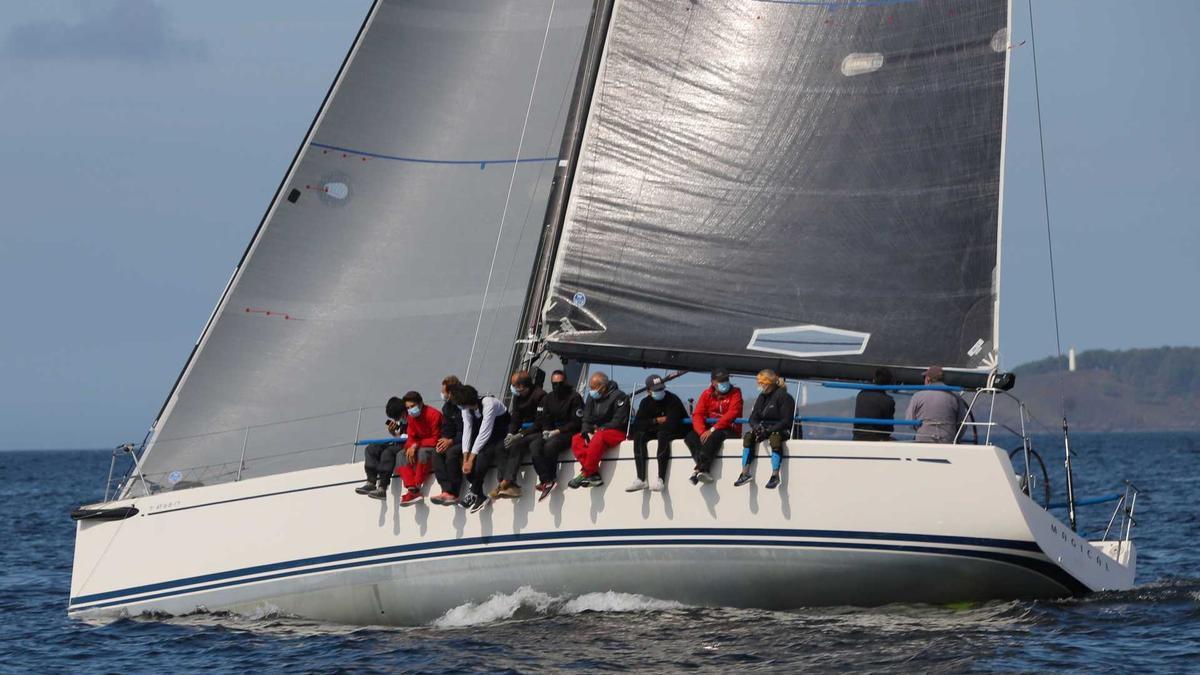 El Swan 42 Magical, en el sur de las islas Cíes.