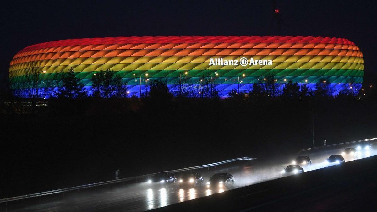 l'Allianz Arena il·luminat amb els colors de l'arc de Sant Martí