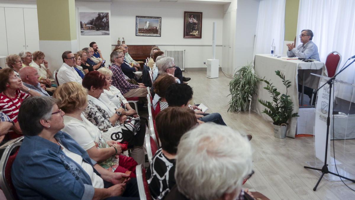 """Santiago García Castañón, durante una conferencia en la sede de """"La Serrana""""."""