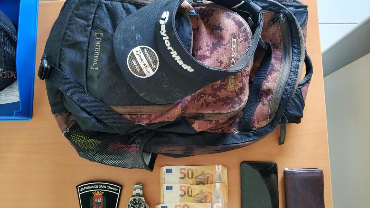 Roba una mochila con efectos por valor superior a los 7.000 euros en Las Canteras