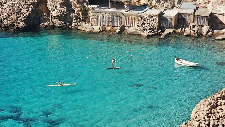 Aguamarina líquida, la gema de los recodos de Ibiza