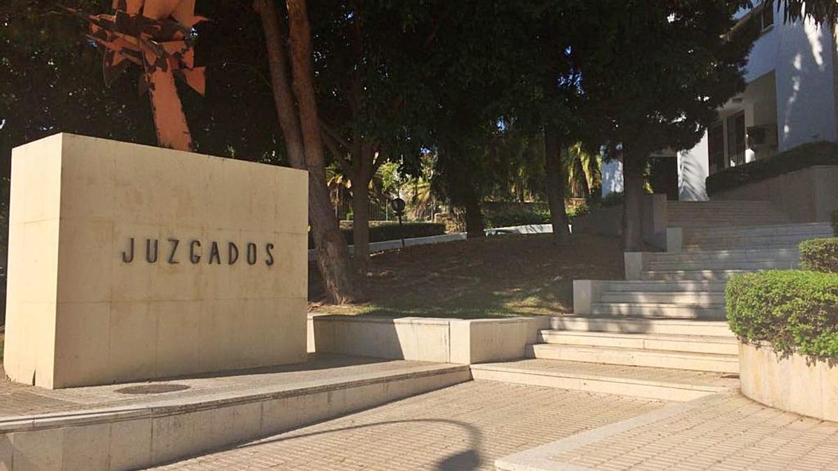 Acceso principal a una de las sedes judiciales de Marbella. | L.O.